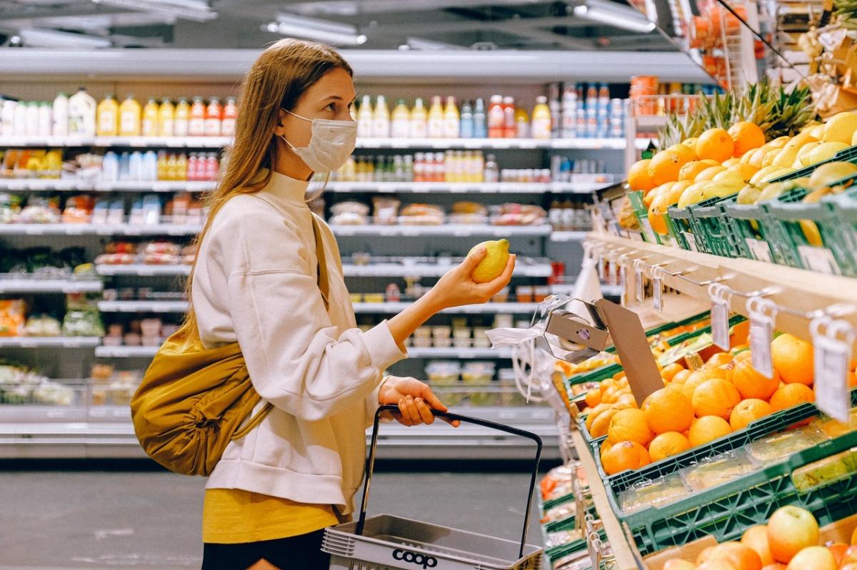 woman buying a lemon